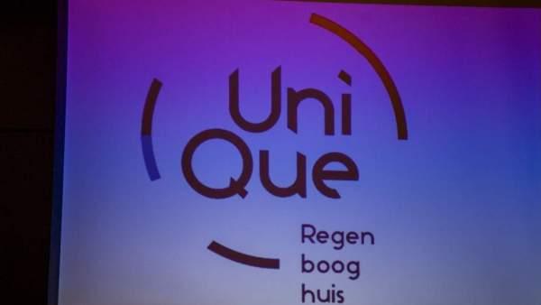 Een projectie van het logo van UniQue op een wit projectiescherm