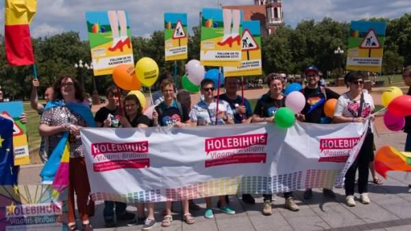 Vrijwilligers van het Holebihuis met grote banier van het Holebihuis tijdens de Baltic Pride parade