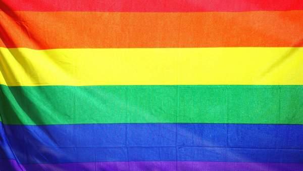 een regenboogvlag close-up
